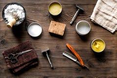 为刮的工具在工作场所背景顶视图的理发店 免版税库存照片