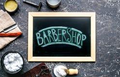 为刮的工具在工作场所背景顶视图的理发店 库存图片