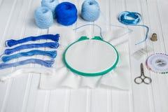 为刺绣,绣花框架,亚麻制织品,螺纹,剪刀,被绣的针床设置 免版税库存照片