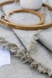 为刺绣、服装针和绣花框架设置 免版税库存照片
