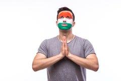 为匈牙利祈祷 匈牙利足球迷为比赛匈牙利国家队祈祷 库存图片