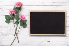 为华伦泰` s,母亲` s或妇女` s天开花构成 在老白色木背景的桃红色玫瑰 库存照片