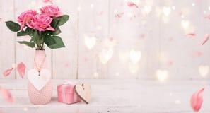 为华伦泰` s,母亲` s或妇女` s天开花构成 在老白色木背景的桃红色花 免版税图库摄影