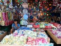 为卖各种各样的家庭用品和家庭装饰已知的Dapitan拱廊的商店充满各种各样的圣诞节decorat 库存图片