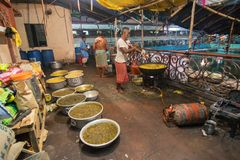 为印度devotess准备的食物 免版税库存照片