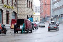 为卸载停放的卡车在莫斯科 免版税库存照片
