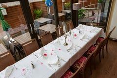 为吃饭的客人预留的被摆的桌子 免版税库存图片