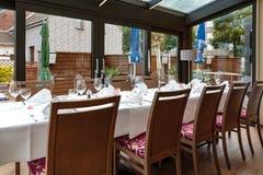 为吃饭的客人预留的被摆的桌子 免版税库存照片