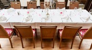 为吃饭的客人预留的被摆的桌子 库存照片