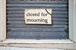 为哀悼关闭的商店 免版税库存照片
