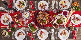 为圣诞晚餐服务的表 免版税库存照片