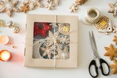 为圣诞节创造的包裹的特写镜头用曲奇饼 免版税库存照片