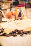 为圣诞节姜饼准备的成份 库存图片