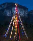 为圣诞节点燃的杉木 免版税库存图片