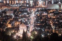 为圣诞节的庆祝欢乐地装饰的看法从迦密山的街市在海法在以色列 免版税库存图片