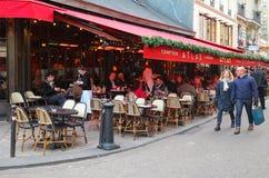 为圣诞节装饰的传统法国咖啡馆地图集,巴黎,法国 图库摄影