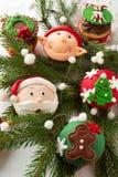 为圣诞节装饰的杯形蛋糕 免版税库存照片