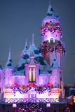 为圣诞节装饰的睡美人城堡在迪斯尼乐园,加利福尼亚 库存照片
