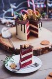 为圣诞节装饰的红色天鹅绒蛋糕 免版税库存图片