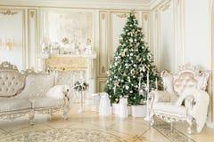 为圣诞节装饰的豪华公寓 与礼物的Xmas树在底下在客厅 免版税库存图片