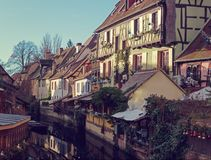 为圣诞节装饰的运河的,科尔马,阿尔萨斯,法国传统老房子 被定调子的图象 库存图片