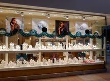 为圣诞节装饰的首饰店 免版税库存照片