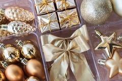 为圣诞节设置的金黄装饰 库存照片
