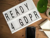 为在一张木桌上的GDPR lightbox准备与辅助部件 免版税库存图片