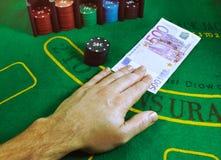 500为在一张绿色毛毡大酒杯桌上的赌博芯片被交换的欧元笔记在赌博娱乐场 库存照片