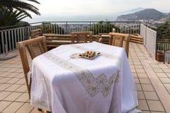 为在俯视那不勒斯和维苏威的海湾大阳台的晚饭桌做准备 索伦托 免版税库存图片
