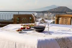 为在俯视那不勒斯和维苏威的海湾大阳台的晚饭桌做准备 索伦托 免版税图库摄影
