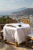为在俯视那不勒斯和维苏威的海湾大阳台的晚饭桌做准备 索伦托 库存照片