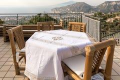 为在俯视那不勒斯和维苏威的海湾大阳台的晚饭桌做准备 索伦托 库存图片