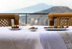 为在俯视那不勒斯和维苏威的海湾大阳台的晚饭桌做准备 索伦托 免版税库存照片