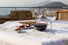 为在俯视那不勒斯和维苏威的海湾大阳台的晚饭桌做准备 免版税库存图片