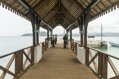 为在圣多美非洲的热带海岛上的小船端起 库存照片