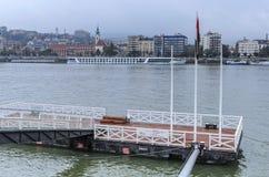 为在多瑙河的船停泊在布达佩斯 库存照片