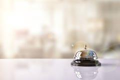 为在旅馆招待会的响铃服务与旅馆背景 免版税库存照片