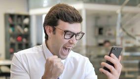 为在智能手机的成功激发的年轻商人 影视素材