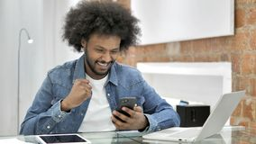 为在智能手机的成功激发的非洲人在顶楼办公室 股票录像