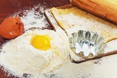 为在棕色背景的家庭烘烤设置用面粉 免版税库存图片