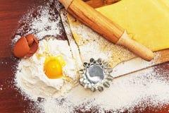 为在棕色背景的家庭烘烤设置用面粉 库存图片