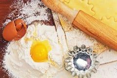 为在棕色背景的家庭烘烤设置用面粉 库存照片