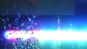 为在水族馆的水关闭有泡影的美好的运动的 ?? 玻璃满槽侧视图水与 影视素材