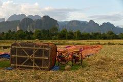 为在热空气气球的飞行做准备在老挝, Vang Vieng 免版税库存图片