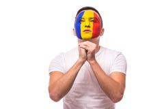 为在罗马尼亚国家队比赛的目标罗马尼亚足球迷祈祷  图库摄影