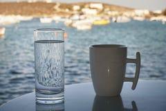 为在酒吧的早晨咖啡布置的表在Lefkes,帕罗斯岛,希腊港  库存照片