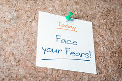为在黄柏板别住的纸的今天面对您的恐惧提示 图库摄影