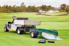 为在绿色高尔夫球领域的汽车服务 免版税库存照片