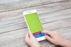 为在iPhone 7的男孩Snapchat签字正 库存图片